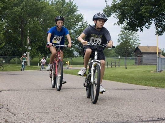 Kids biking in the Kids Triathalon
