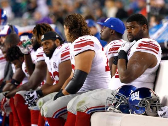 635490852136280024-Giants-defense-on-bench