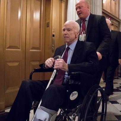 El senador John McCain es movilizado en una silla de