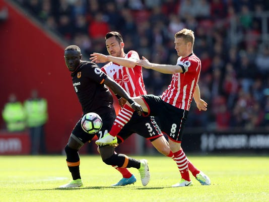 Hull City's Oumar Niasse, left, battles for the ball with Southampton's Maya Yoshida, center, and Steven Davis during their English Premier League soccer match at St Mary's, Southampton, England, Saturday, April 29, 2017. (John Walton/PA via AP)
