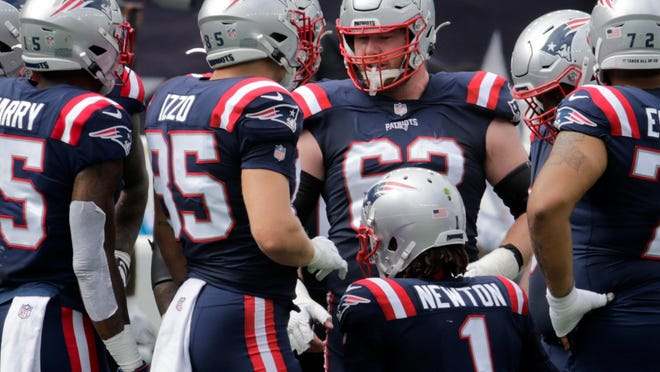 The Patriots' Joe Thuney, standing in the middle, played center against the Las Vegas Raider game last Sunday.