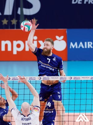 Mitch Stahl leaps for the ball in a Paris Volley professional game.