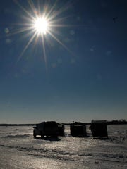 -DCA 0102 ice fishing 1.jpg_20151230.jpg