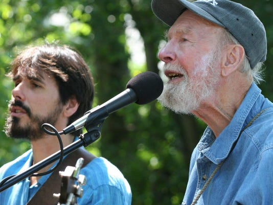 Spook-Handy-+-Pete-Seeger-Photo-by-Econosmith-squared 4.2MB - Copy