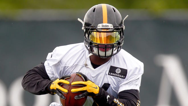 Pittsburgh Steelers running back Le'Veon Bell runs drills Tuesday, May 26, 2015, in Pittsburgh.