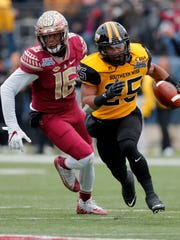 Southern Mississippi running back Ito Smith (25) carries