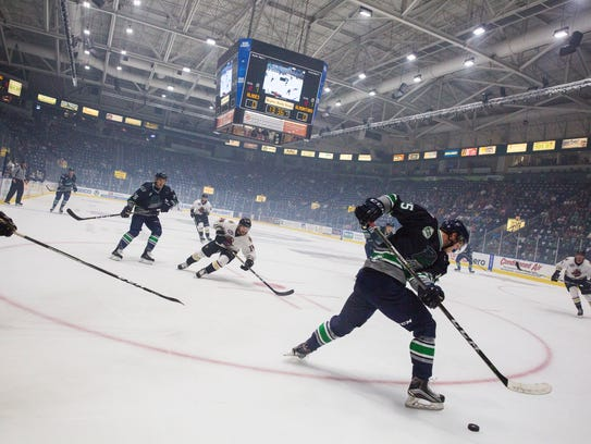 Everblades offense pushes toward the Gladiator's goal