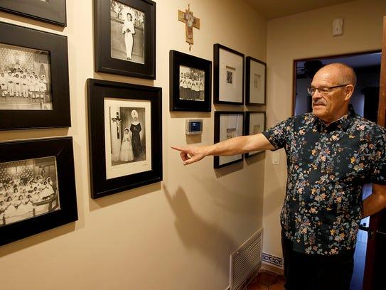Fotos familiares adornan las paredes.