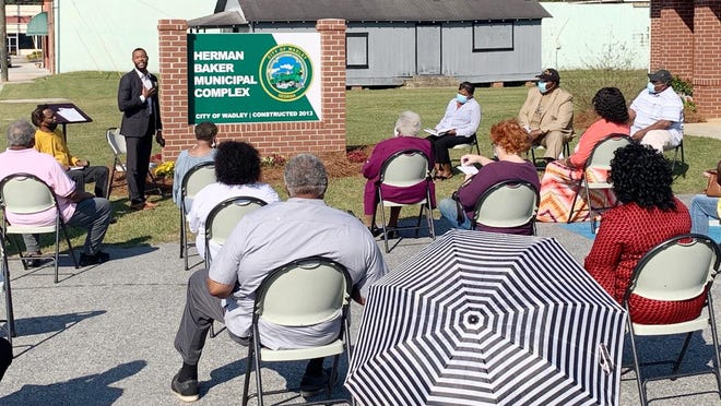 Wadley Mayor Harold Moore speaks during the ceremony naming city hall to honor former mayor, the late Herman Baker.