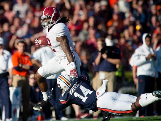 Alabama running back Derrick Henry (2) runs past Auburn