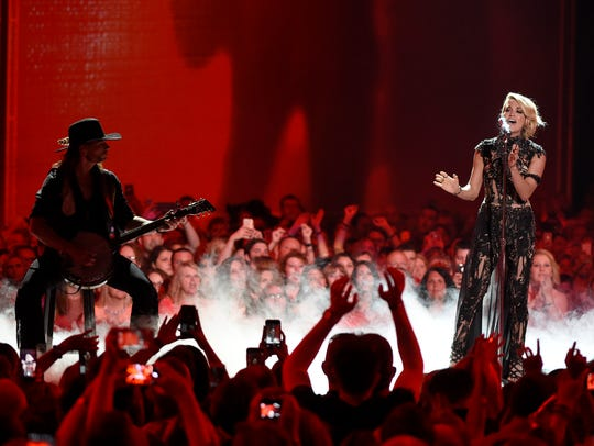 Crarie Underwood performs at the 2016 CMT Music Awards