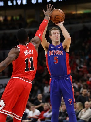 Luke Kennard shoots over Bulls guard David Nwaba during the Pistons' 107-105 loss Jan. 13, 2018 in Chicago.