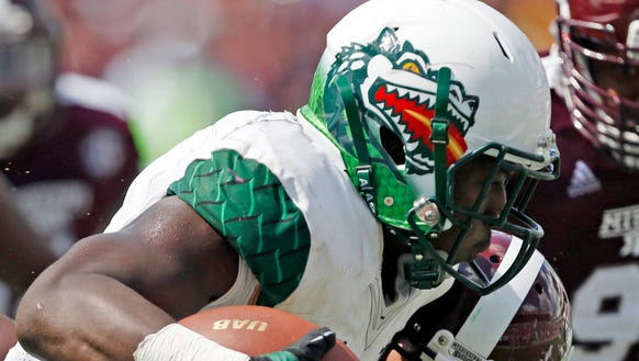 UAB running back Jordan Howard (7) runs past Mississippi