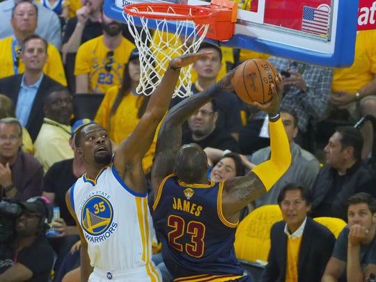 Golden State Warriors forward Kevin Durant (35) defends
