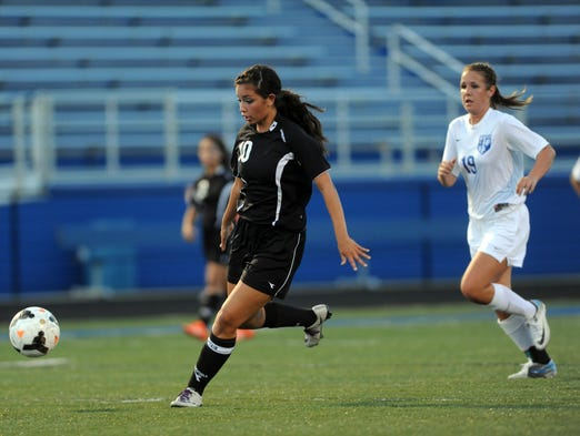 River View's Shaunalyn Dobson moves with the ball against Zanesville on Tuesday.
