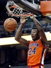 Auburn's Anfernee McLemore dunks during the first half