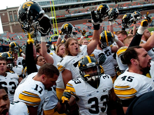 Iowa Illinois Footbal_Leis (1).jpg
