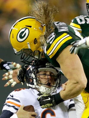 Green Bay Packers outside linebacker Clay Matthews (52) sacks Chicago Bears quarterback Jay Cutler (6).