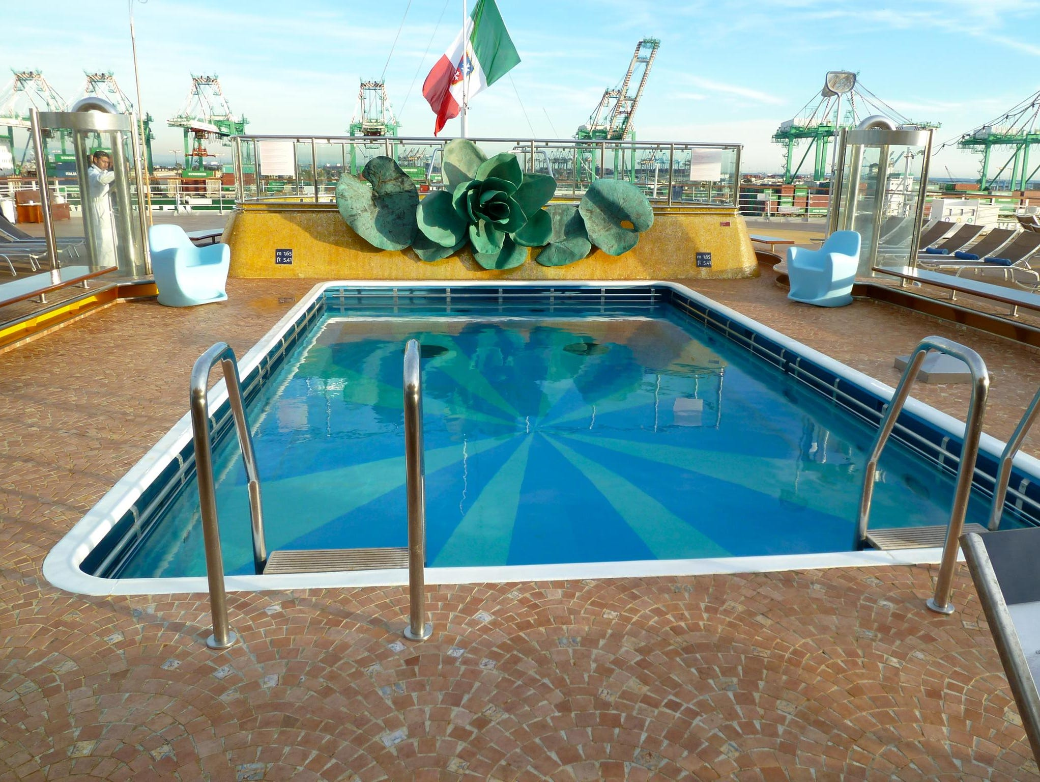 The open-air Lido Acqua Regina pool is the second of the Costa Deliziosa's main pools. Located on aft Orchidea Deck, it is flanked by twin Jacuzzis and a large sunning terrace.