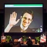 Edward Snowden aparece en un video en vivo desde Moscú en un foro patrocinado por la Unión Americana de Libertades Civiles (ACLU) en Hawaii, el 14 de febrero de 2015. El exempleado de la Agencia de Seguridad Nacional (NSA) que dio a conocer documentos secretos sobre espionaje abrió su cuenta en Twitter el 29 de septiembre de 2015. (Foto AP/Marco Garcia, File)