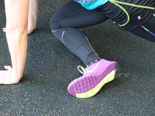 Tap the toe to floor or keep it lifted and then straighten out the leg again to return it to the starting plank.