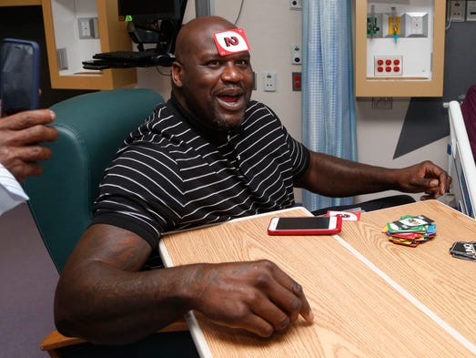 Shaquille O'Neal puts his winning Uno label on his head