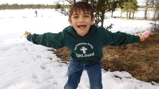 El niño Acis Raiden García anda en busca del buen samaritano que le salvó la vida.