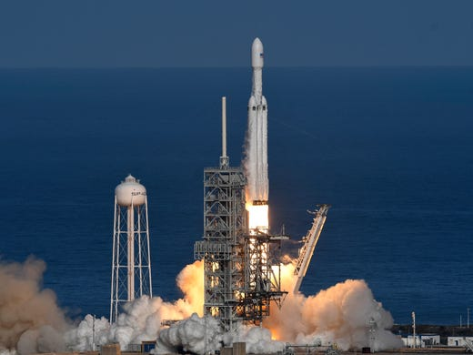 Sp aceXs Falcon heavy rocket launches at its demonstration
