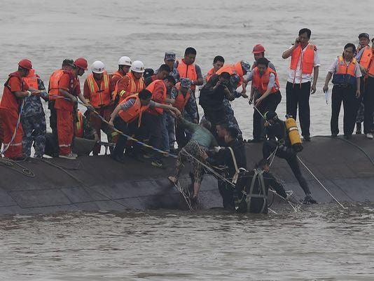 635688267809914054-AP-China-Boat-Sinks
