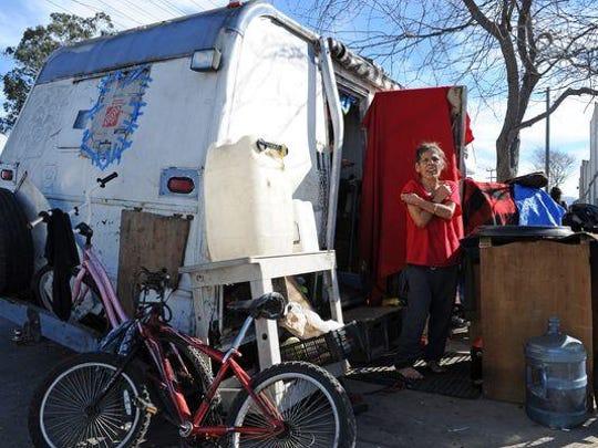 Diana Soto, de 60 años, afuera de su casa móvil que comparte con Angel Menchaca y sus dos perros en el barrio chino.