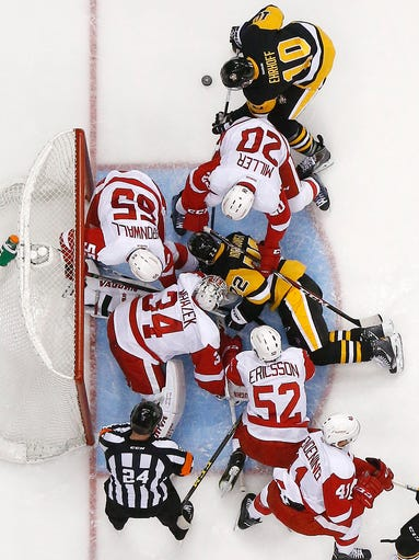 The Pittsburgh Penguins' Patric Hornqvist (72) uses