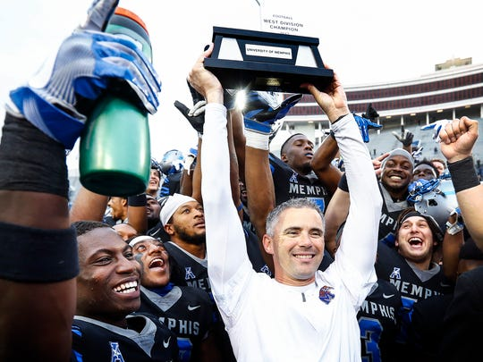 Memphis head coach Mike Norvell (middle) surrounded