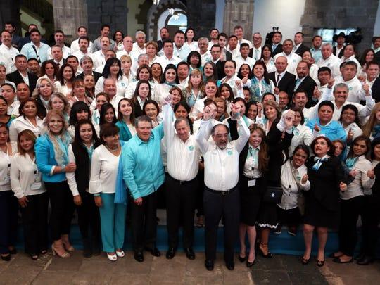José Antonio Meade, candidato del PRI, rodeado de sus simpatizantes.