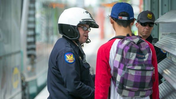 Agentes de la Policía de Phoenix dialogan con un joven