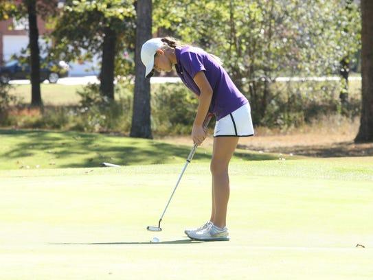 Clarksville's McKenzie Cunningham putts on the 13th