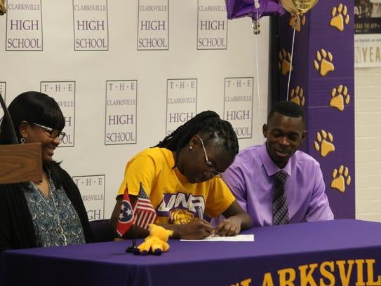 Clarksville High girls basketball star Deja Walls (center)