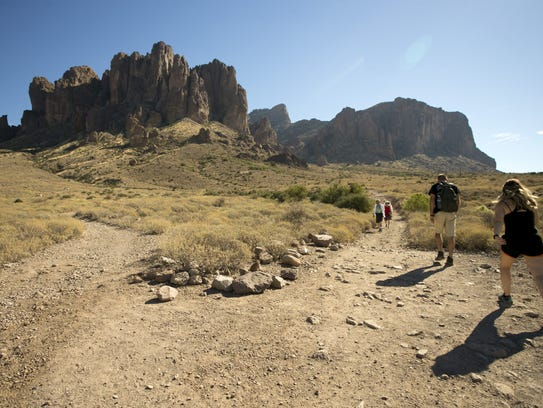 Hikers on the Siphon Draw Trail start in Lost Dutchman