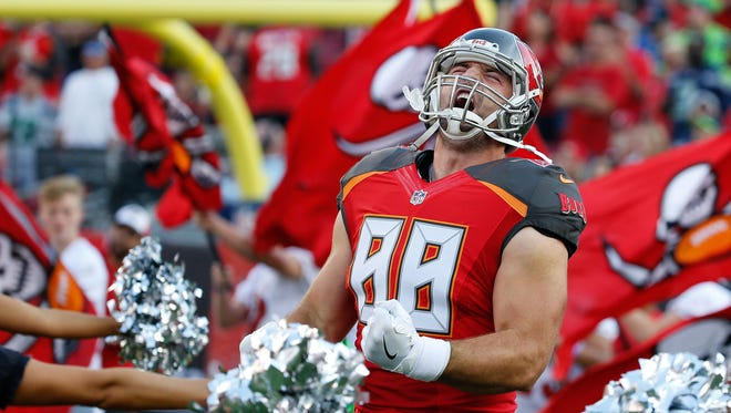 Former Buccaneers tight end Luke Stocker signed with the Titans on Monday.