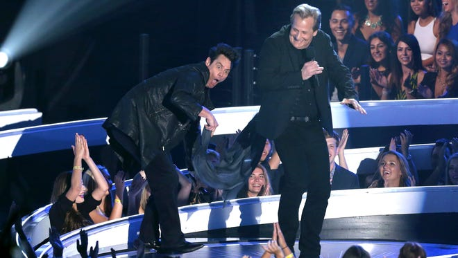 Jim Carrey, left, and Jeff Daniels present the award for Best Pop Video at the MTV Video Music Awards at The Forum on Sunday, Aug. 24, 2014, in Inglewood, Calif.