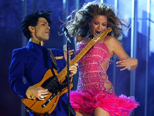Prince (L) and Beyonce (R) perform the o