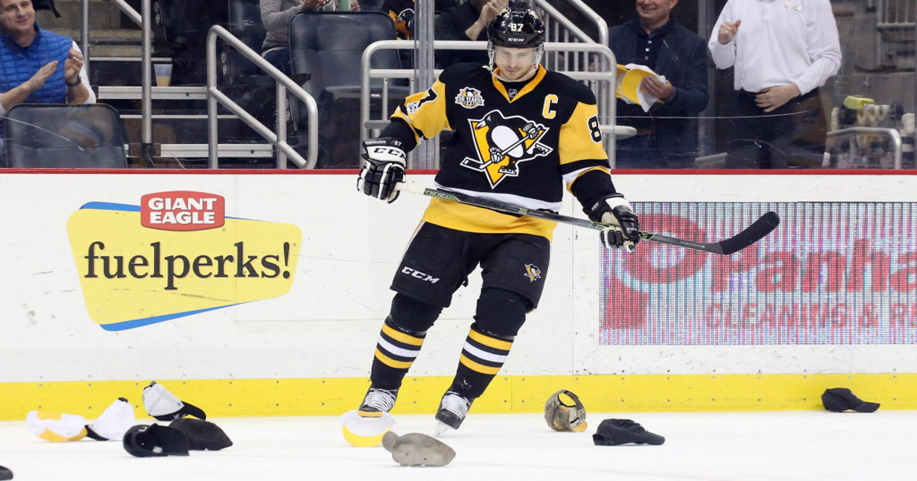 98916225e58 Sidney Crosby first to 40 goals with hat trick in Penguins  win over  Panthers