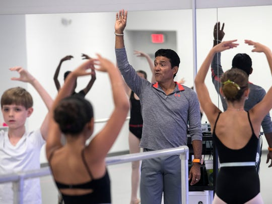Franklin Gamero works with a class at Gulfshore Ballet