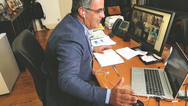 Paulo Teves, Diretor Regional das Comunidades, troca impressões com dirigentes de 11 organizações da Rede Internacional de Organizações de Intervenção Social, durante uma reunião por videoconferência, na quarta-feira.