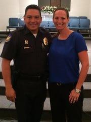 En el evento estuvieron presentes el detective Luis Samudio, del Departamento de Policía de Phoenix, y Hillary Galvi, gerente en educación de la Universidad de Phoenix.