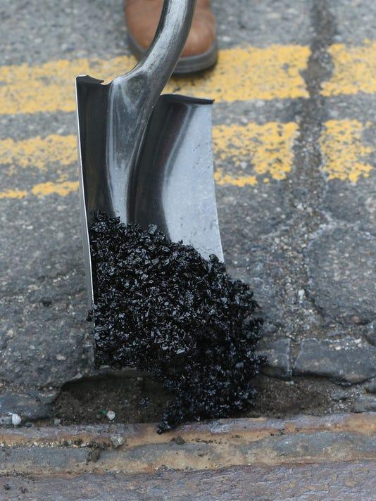 635663235127718872-pothole
