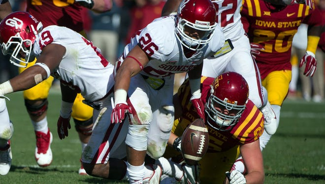 Oklahoma Sooners linebacker Jordan Evans (26) recovers a fumble against the Iowa State Cyclones at Jack Trice Stadium. Oklahoma defeated Iowa State 59-14.