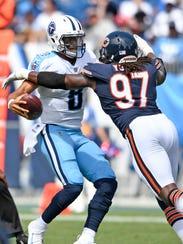Bears outside linebacker Willie Young (97) sacks Titans