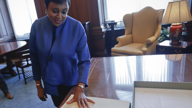 Carla Hayden reads a handwritten note of encouragement from Chief Justice John Roberts after taking the oath to become the new Librarian of Congress.