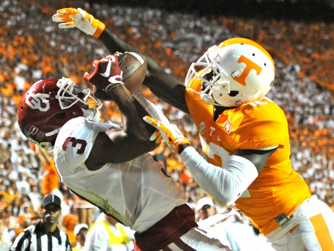 Oklahoma wide receiver Sterling Shepard (3) catches