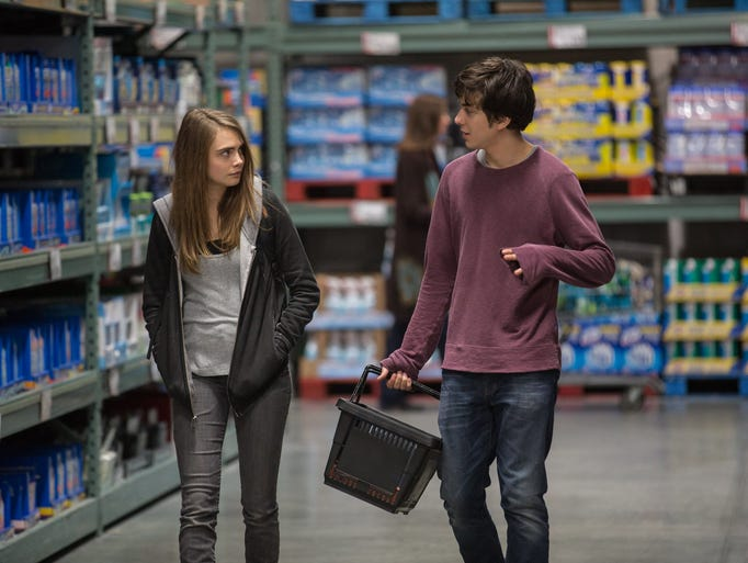 Margo (Cara Delevingne) and Quentin (Nat Wolff) shops